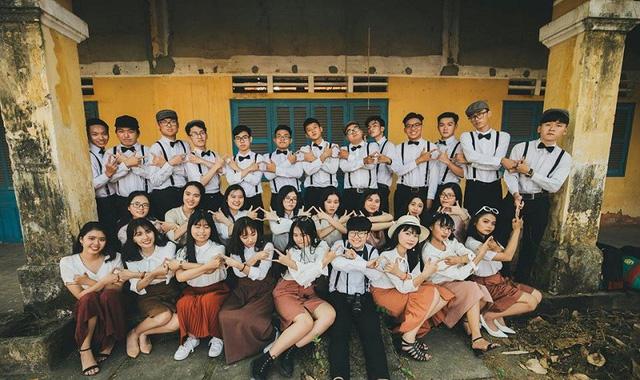 """Xao xuyến bộ ảnh kỉ yếu theo phong cách """"Tháng năm rực rỡ"""" của 10X Sài Gòn"""
