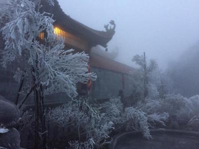 """Thích thú với hình ảnh """"tuyết rơi mùa hè"""" trên đỉnh Fansipan ngày 7/4"""