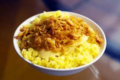 Cùng thưởng thức món xôi xéo nhà làm nóng hổi vàng ươm chuẩn vị Hà Nội